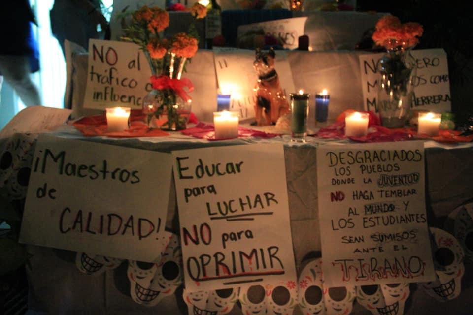 Altar en memoria de la fallecida autonomía universitaria