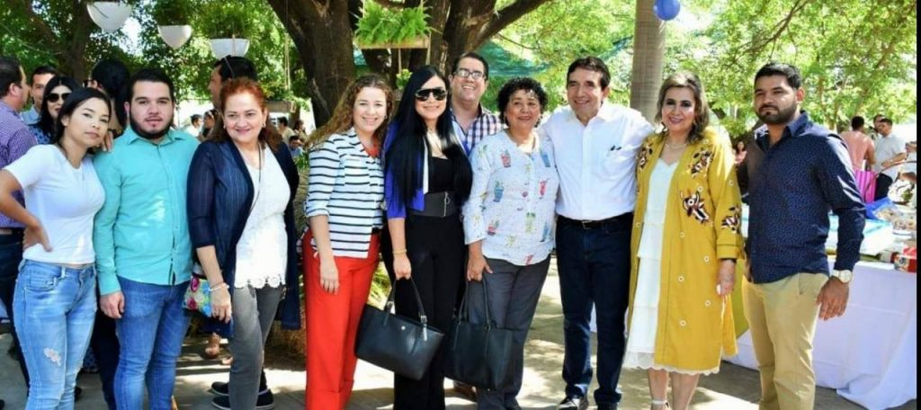 La directora de la FFyL en compañía de sus sobrinos en el cumpleaños de Hector Melesio Cuén Ojeda, presidente del Partido Sinaloense